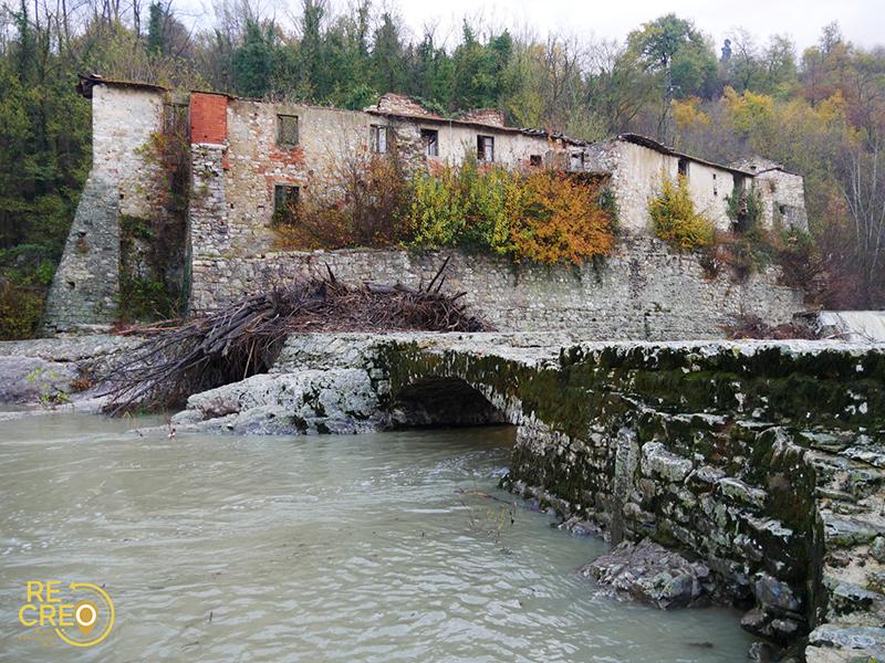 L'antico mulino, incastonato in un'ansa particolarmente stretta sulle rive dell'Arno, e il suo ponte