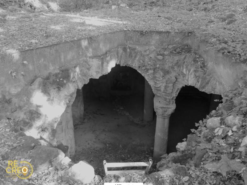 L'accesso alla cripta oggi, un'apertura nel terreno appena delimitata da un cordolo